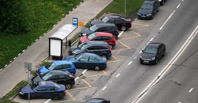 Какой штраф за парковку на тротуаре, штраф за остановку на бордюре? Размер штрафа за парковку во дворе: КоАП